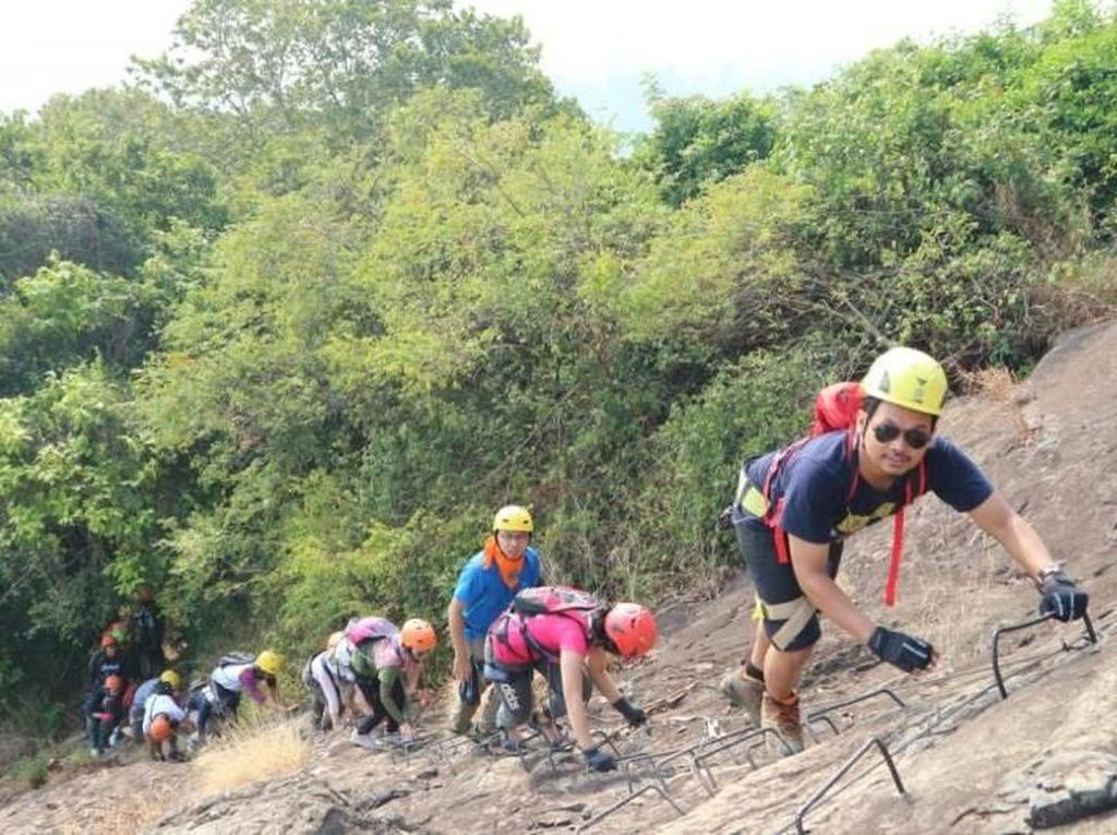 Panjat Tebing Gunung Batu Andesit Tertinggi di Indonesia