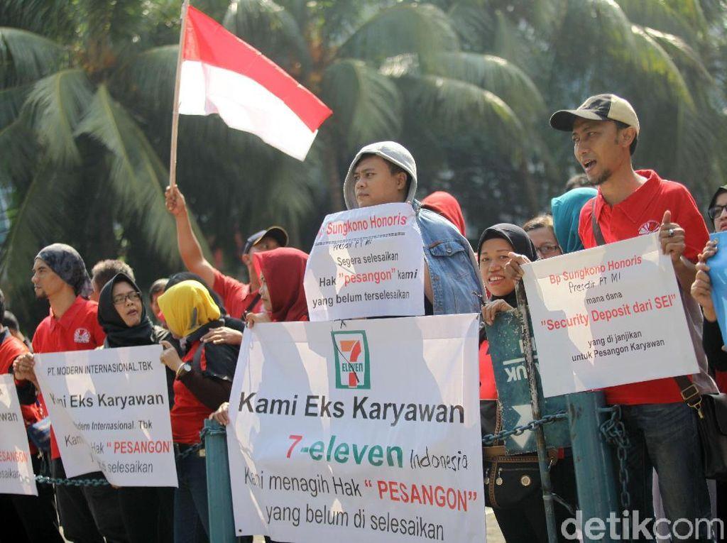 Demo Mantan Pegawai Sevel Tuntut Pembayaran Pesangon