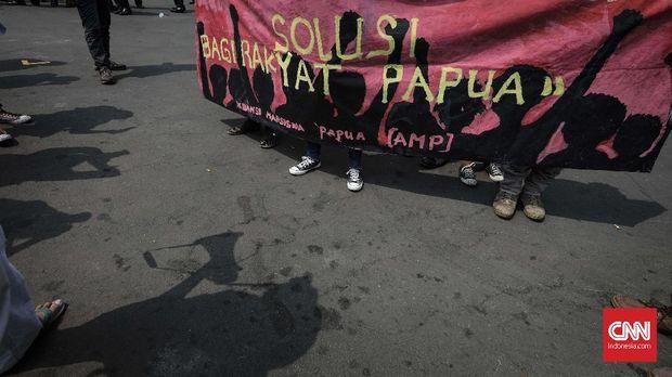 Sejumlah aktivis Front Rakyat Indonesia untuk West Papua (FRI-WP) dan Aliansi Mahasiswa Papua (AMP), melakukan aksi peringatan 49 tahun Penentuan Pendapat Rakyat (PEPERA) 1969, di depan Istana Merdeka. Jakarta, Kamis, 2 Agustus 2018. Aksi ini membawa sembilan poin tuntutan dengan Poin utama desakan bagi pemerintah untuk segera mengakui resolusi bahwa Papua Barat berhak menentukan nasibnya sendiri untuk merdeka.