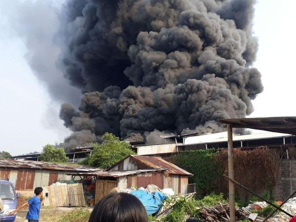 Pabrik Sepatu di Kalideres Terbakar, 23 Unit Damkar Dikerahkan