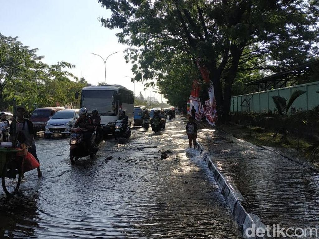 Pipa Air PDAM Bocor, Jalan Transnasional Makassar Tergenang