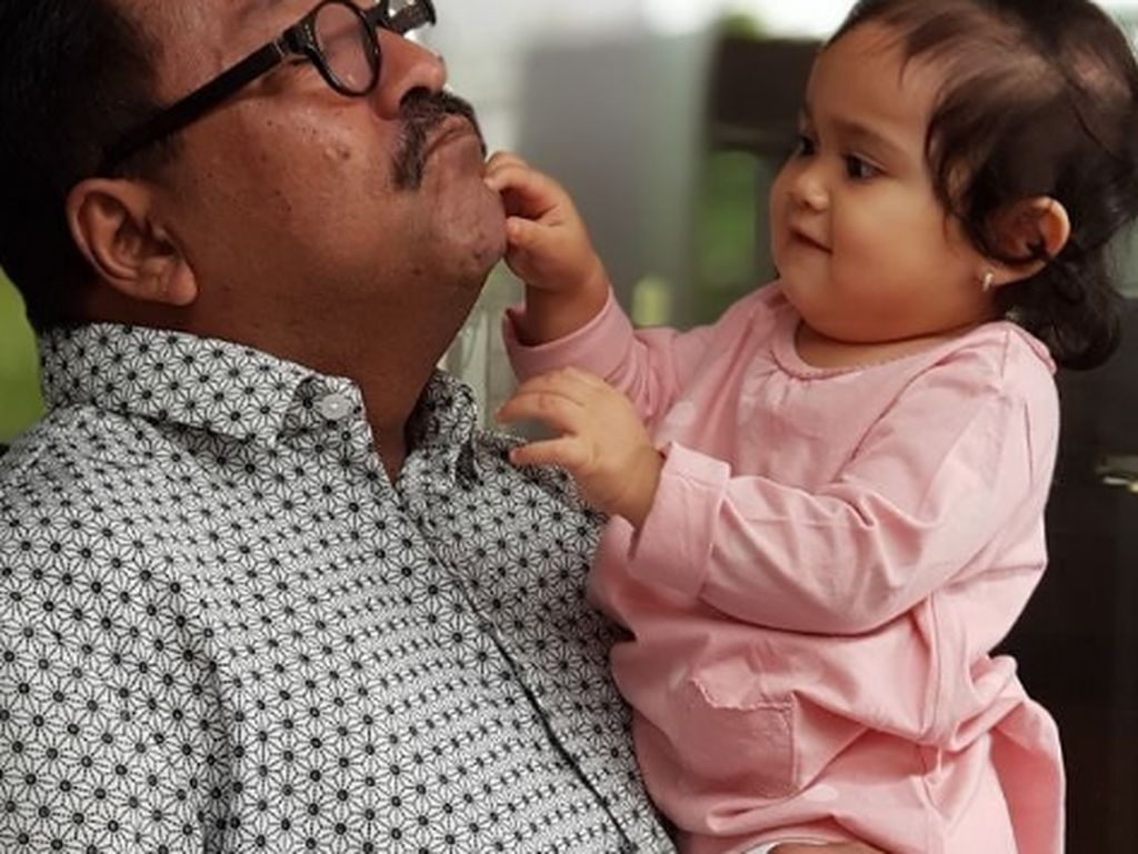 Foto: Gaya Rano Karno si Doel Momong Cucu