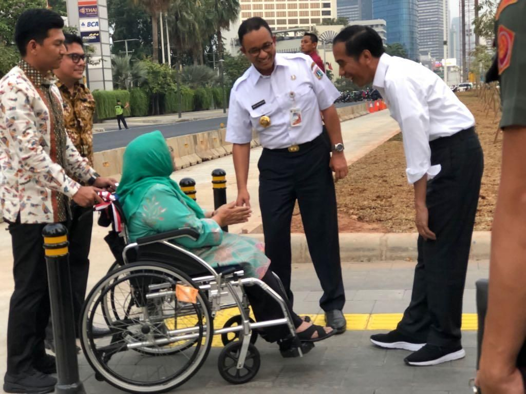 Momen Jokowi dan Ibunda Anies Ngobrol di Trotoar Thamrin