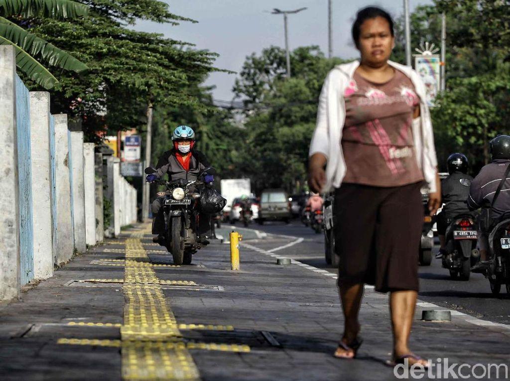 Terlalu! Trotoar Cantik di Jakarta Malah Dilintasi Motor