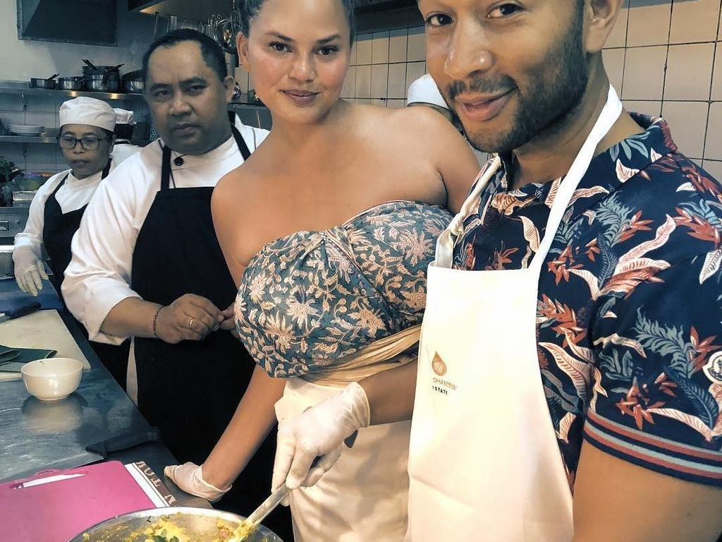 Seru! Chrissy Teigen dan John Legend Belajar Bikin Sate Lilit di Bali