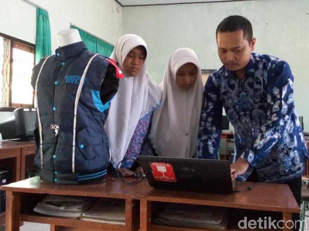 Masih SMP, Pelajar Ponorogo Ciptakan Rompi untuk Bantu Tunanetra