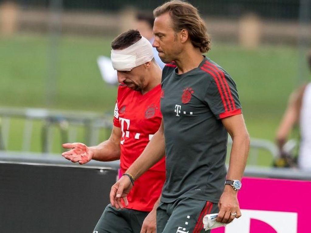 Foto: Perban di Jidat Ribery Usai Tabrak Tiang Gawang Saat Latihan