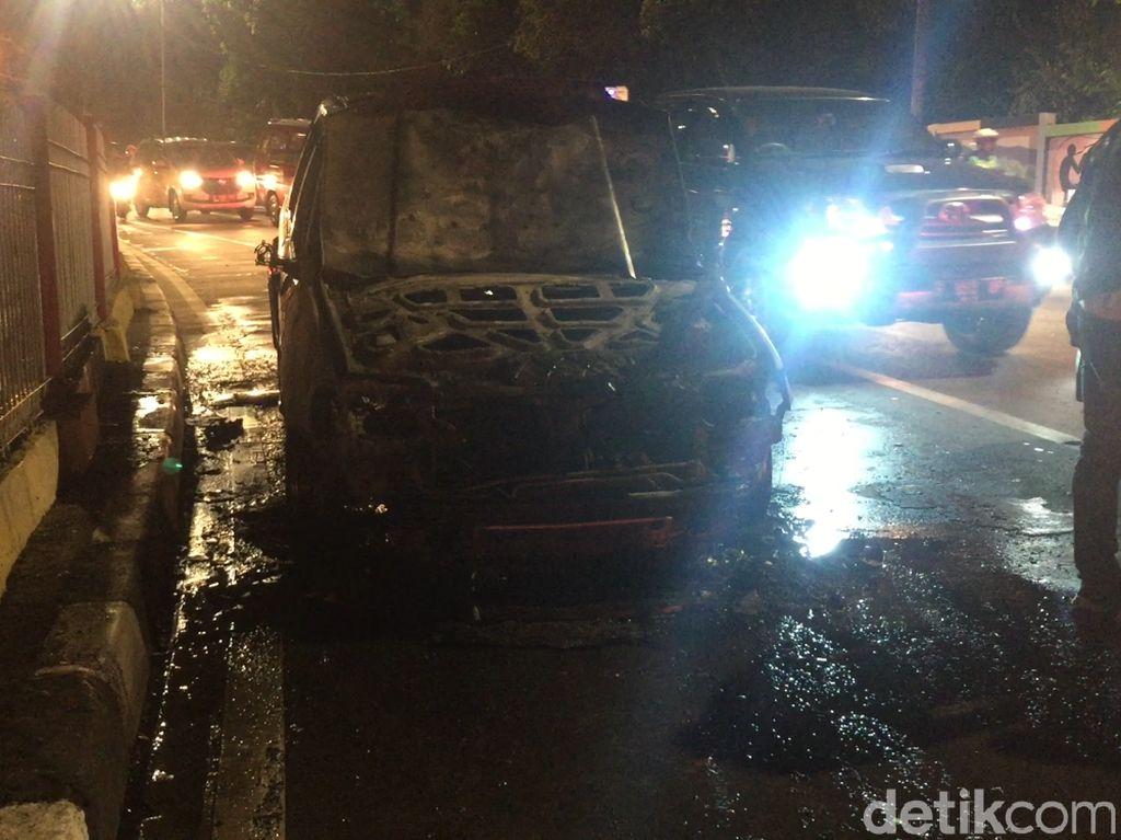 Ada Mobil Terbakar di Hek Jaktim, Lalin Macet