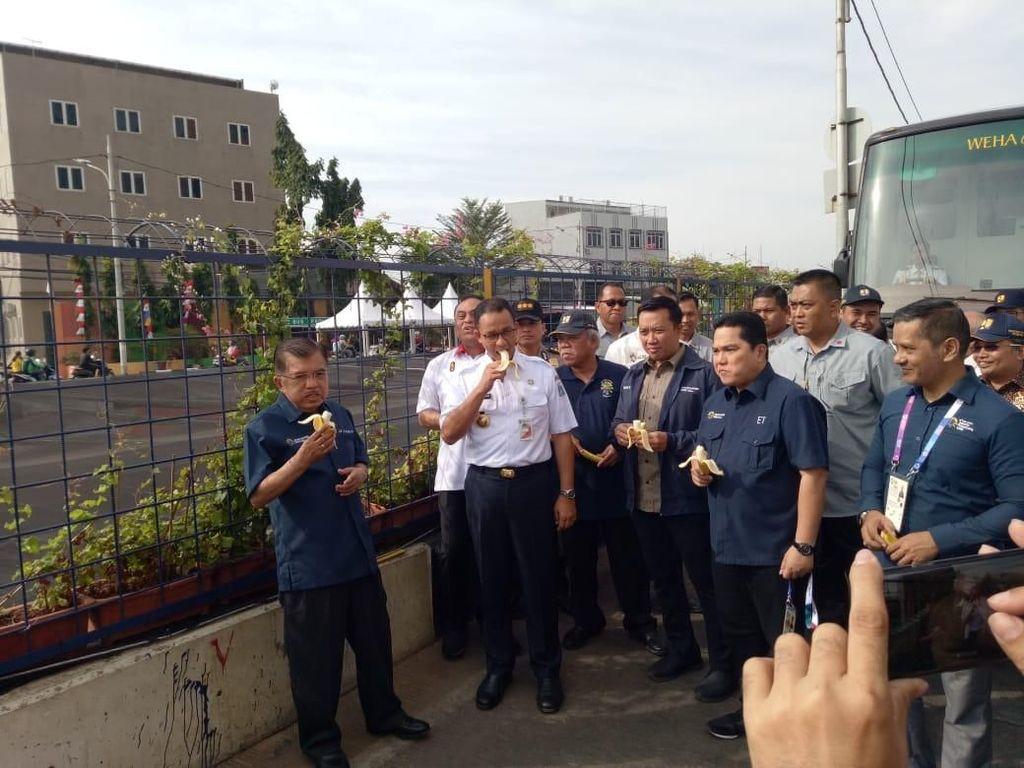 Foto: Saat JK-Anies Makan Pisang untuk Cek Bau Kali Item