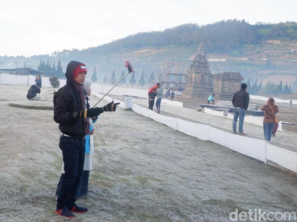 Muncul Embun Es di Dieng, Wisatawan Sebut Bak di Eropa