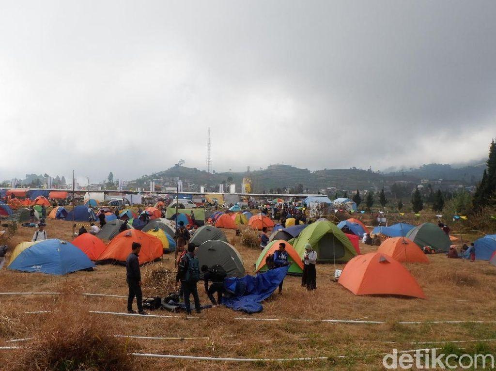 Meski Dingin, Wisatawan Pilih Dirikan Tenda saat DCF