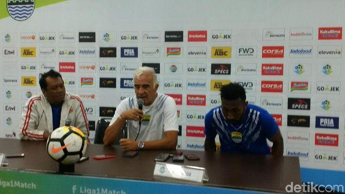 Mario Gomez puas dengan penampilan para pemain muda Persib Bandung. (Foto: Mochamad Solehudin/detikSport)