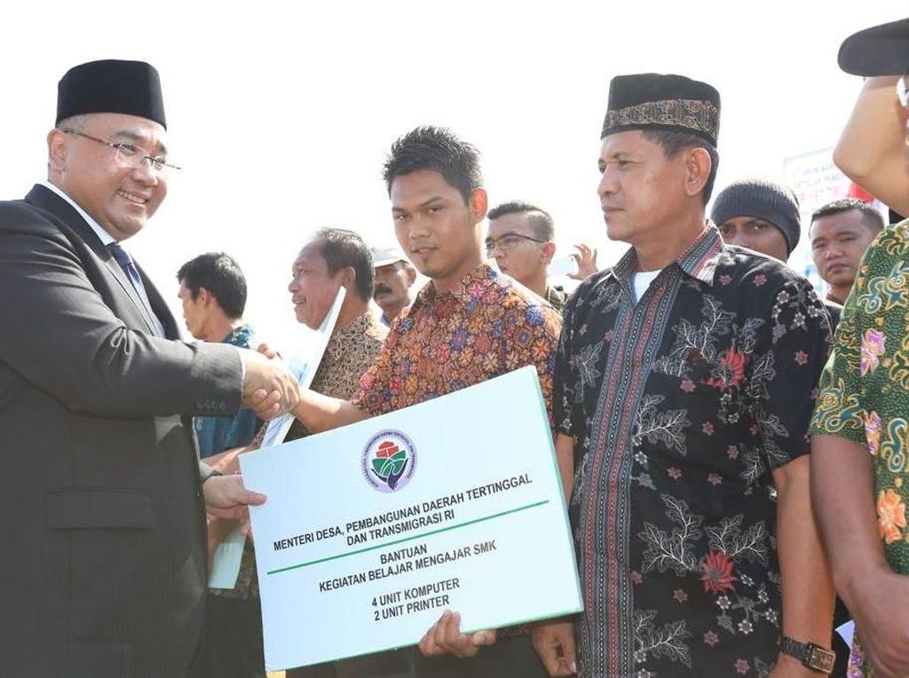 Di Bengkulu, Mendes Bagikan Sertifikat Tanah untuk Warga Transmigran