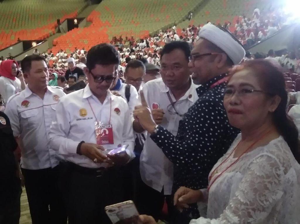Hadiri Rapat Umum Relawan Jokowi, Ngabalin Jadi Rebutan Selfie