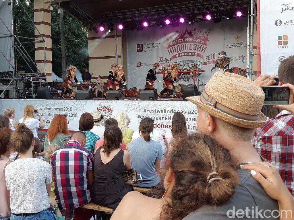 Kagumnya Warga Moskow Lihat Tari Piring di Festival Indonesia