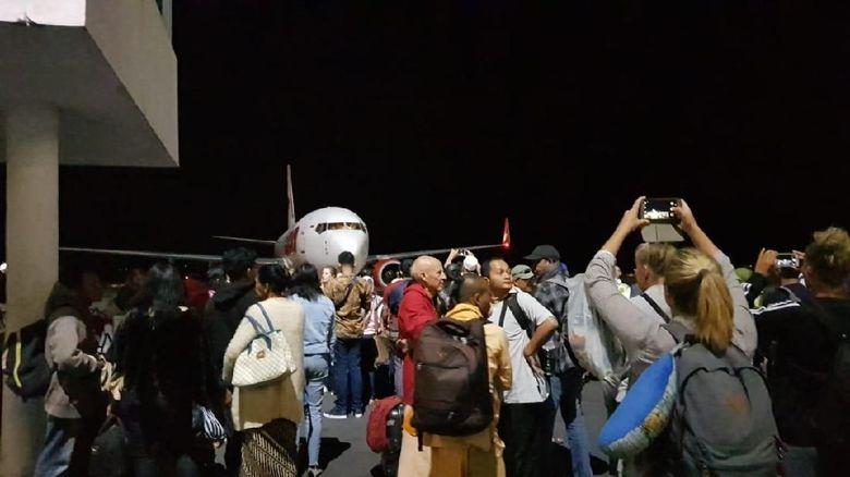 Diguncang Gempa, Penumpang Pesawat Dievakuasi ke Luar Bandara Lombok