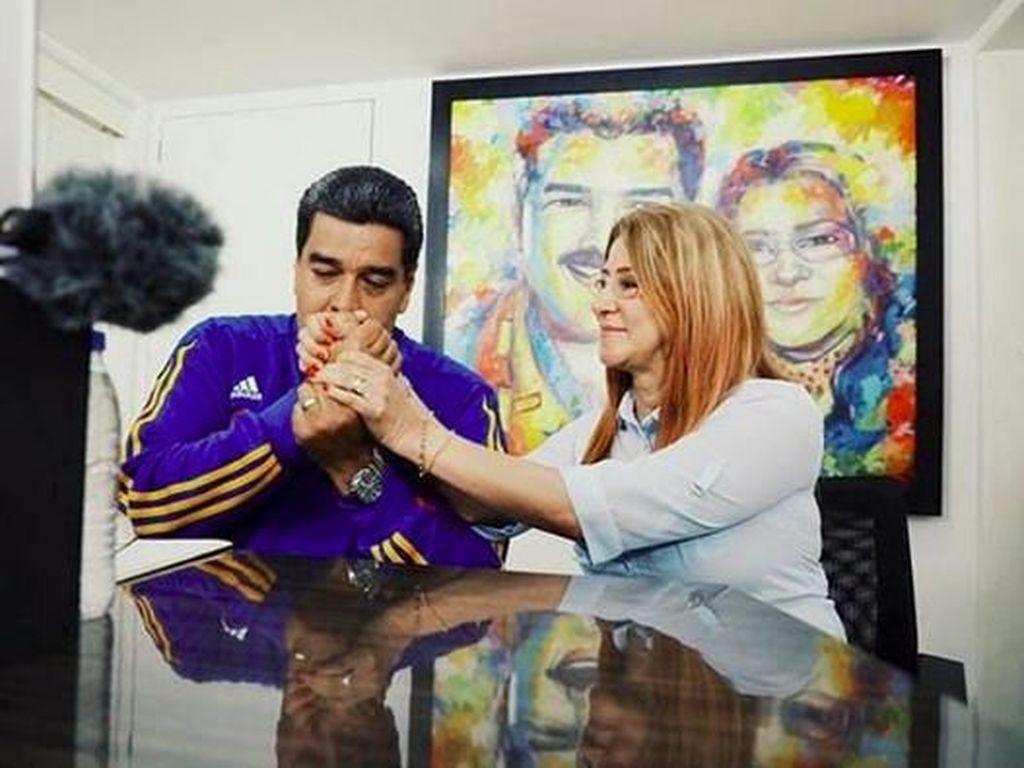 Foto-foto Romantis Presiden Venezuela Bersama Istrinya