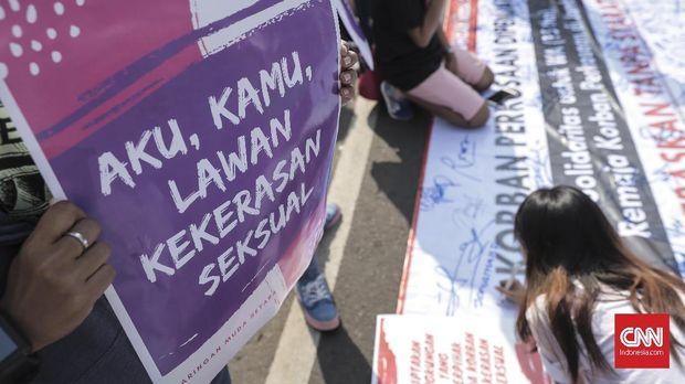 Demonstran menentang kekerasan seksual.