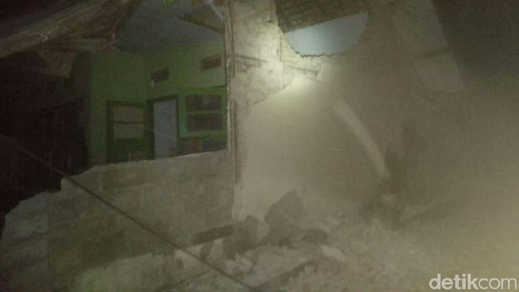 Foto: Rumah-rumah di Mataram Rusak Akibat Gempa NTB 7 SR