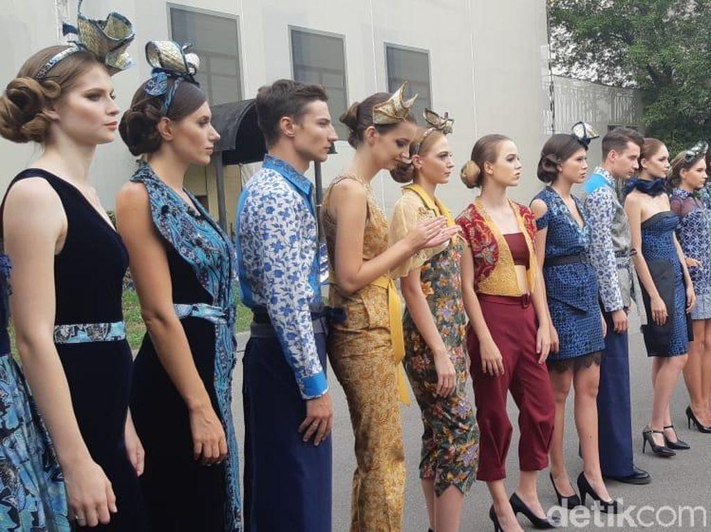 Lenggak-lenggok Model Rusia Berbusana Batik di Festival Indonesia