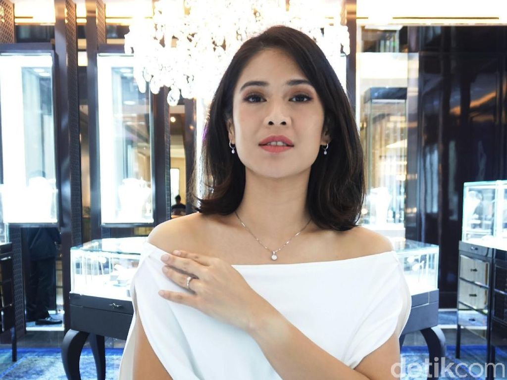 Foto: Bak Bidadari, Dian Sastrowardoyo Memesona dengan Gaun Putih