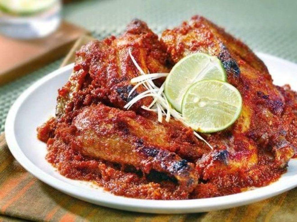 Tambah Semangat Makan Ayam Taliwang yang Pedas Segar di Sini