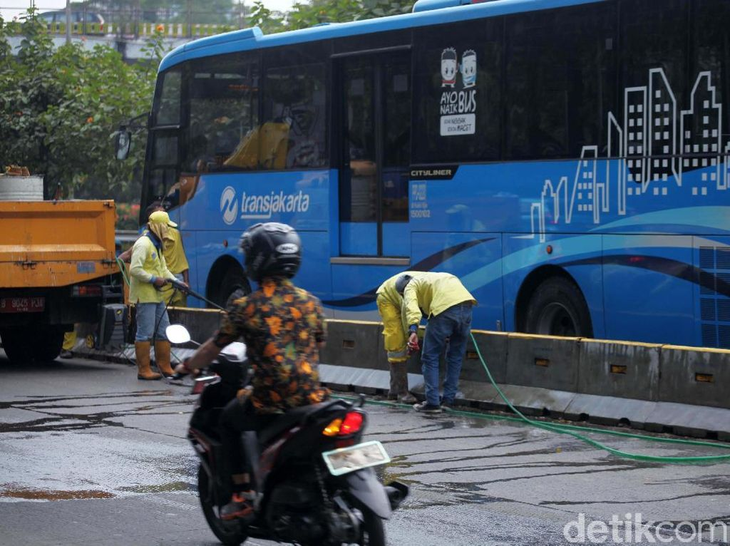 Pembersihan Beton Pembatas Jalur Busway