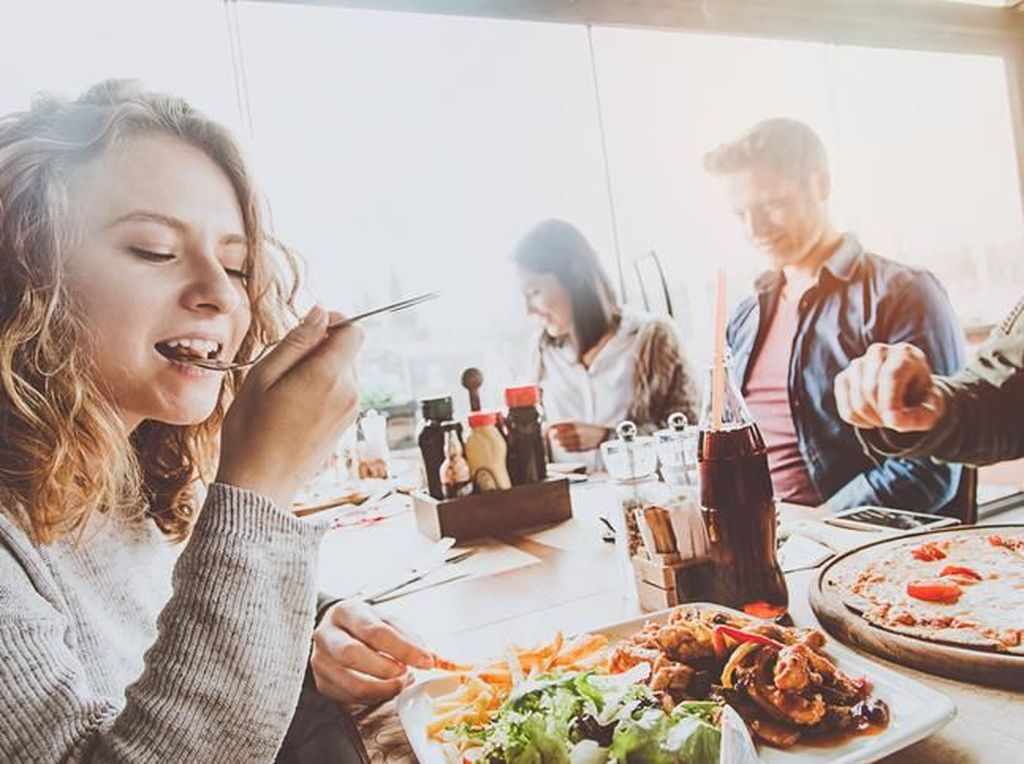 8 Hal yang Pantang Dilakukan Saat Sajikan Makanan untuk Tamu