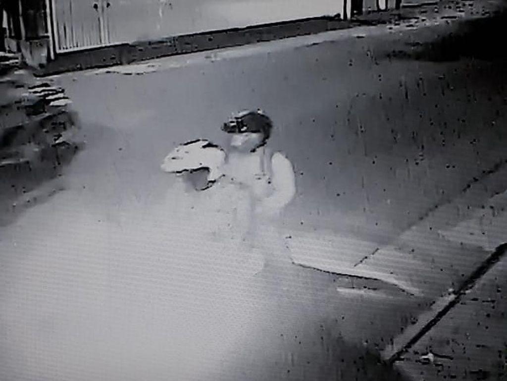 Terekam CCTV, Pelaku Bom Molotov di Rumah Kapitra Ada 2 Orang