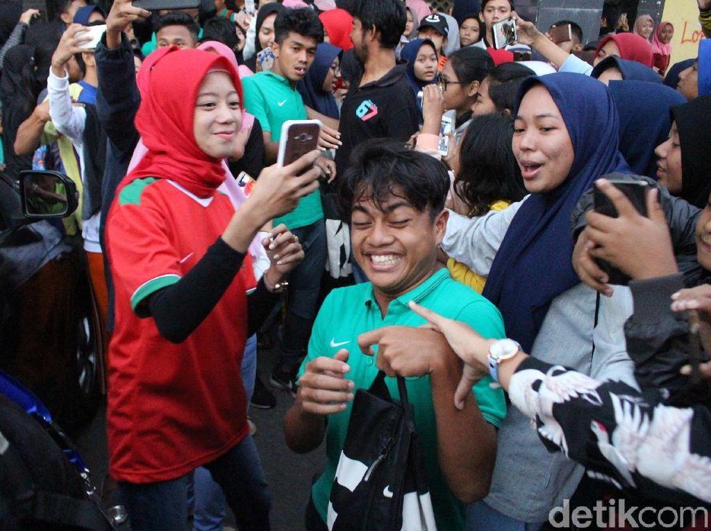 Ketika Pemain Timnas U-16 Jadi Sasaran Selfie Fans