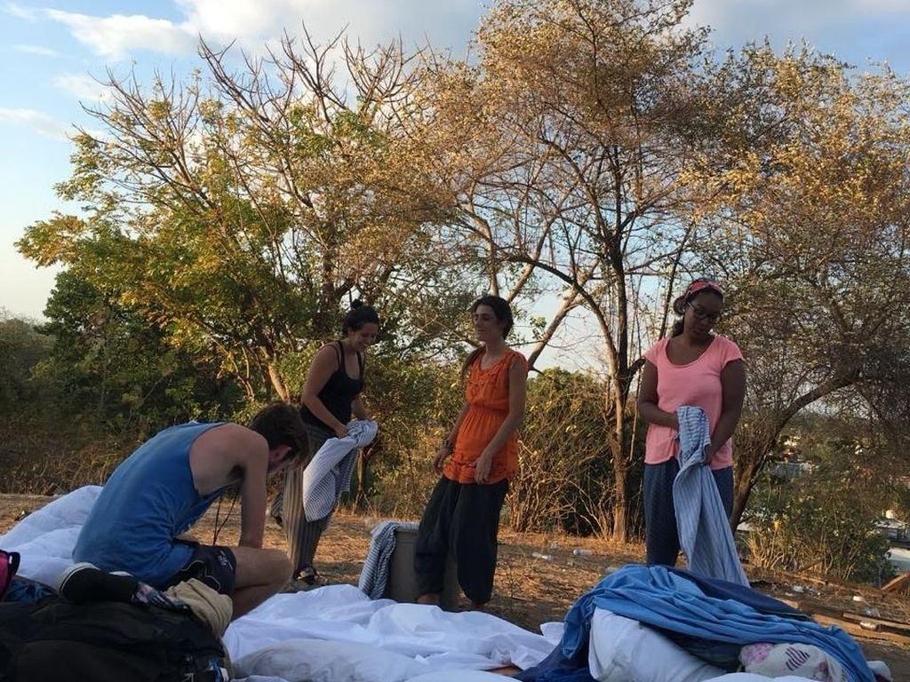 Warga Lokal Bantu Turis yang Masih Berada di Gili Trawangan