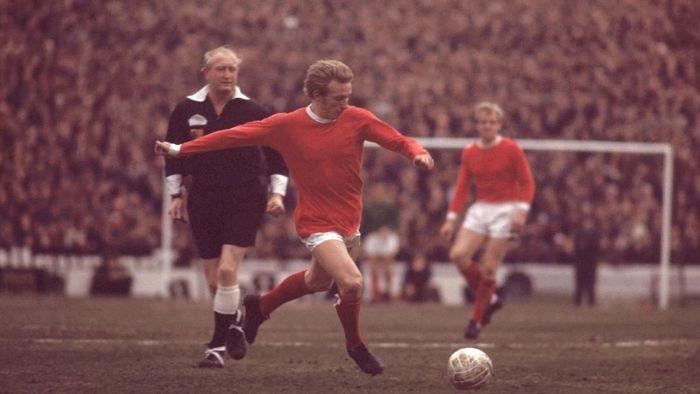 Salah satu nama paling populer di lingkup sepakbola kota Manchester adalah Denis Law. Law lebih dulu memperkuat City pada 1960-1961, lalu pindah ke Torino. Cuma semusim di Torino, Law kembali ke Manchester tapi untuk memperkuat MU. Setelah 11 musim, dia kembali ke City. (Foto: AllsportUK/Allsport)