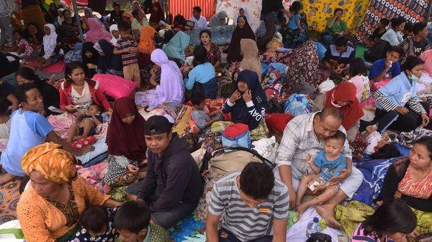 Pengungsi beristirahat dalam tenda darurat di sekitar pemukiman di Lombok Barat, NTB, Senin (6/8).