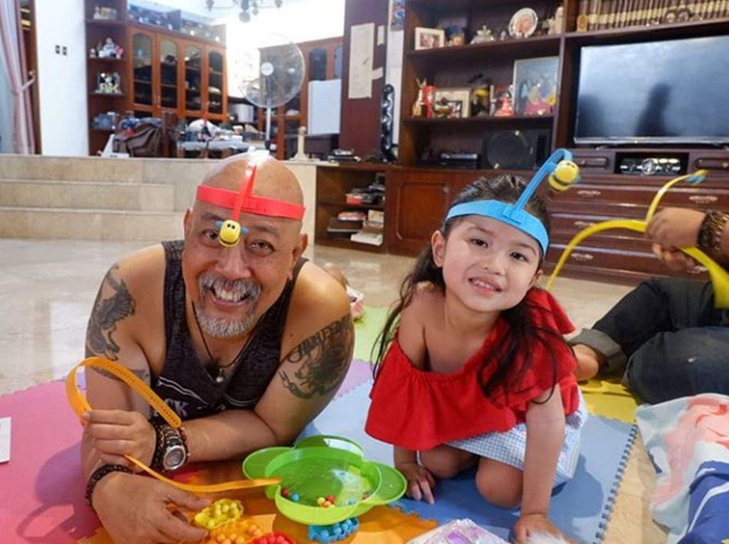 Seru Banget, Saat Indro Warkop Momong Dua Cucu Cantiknya