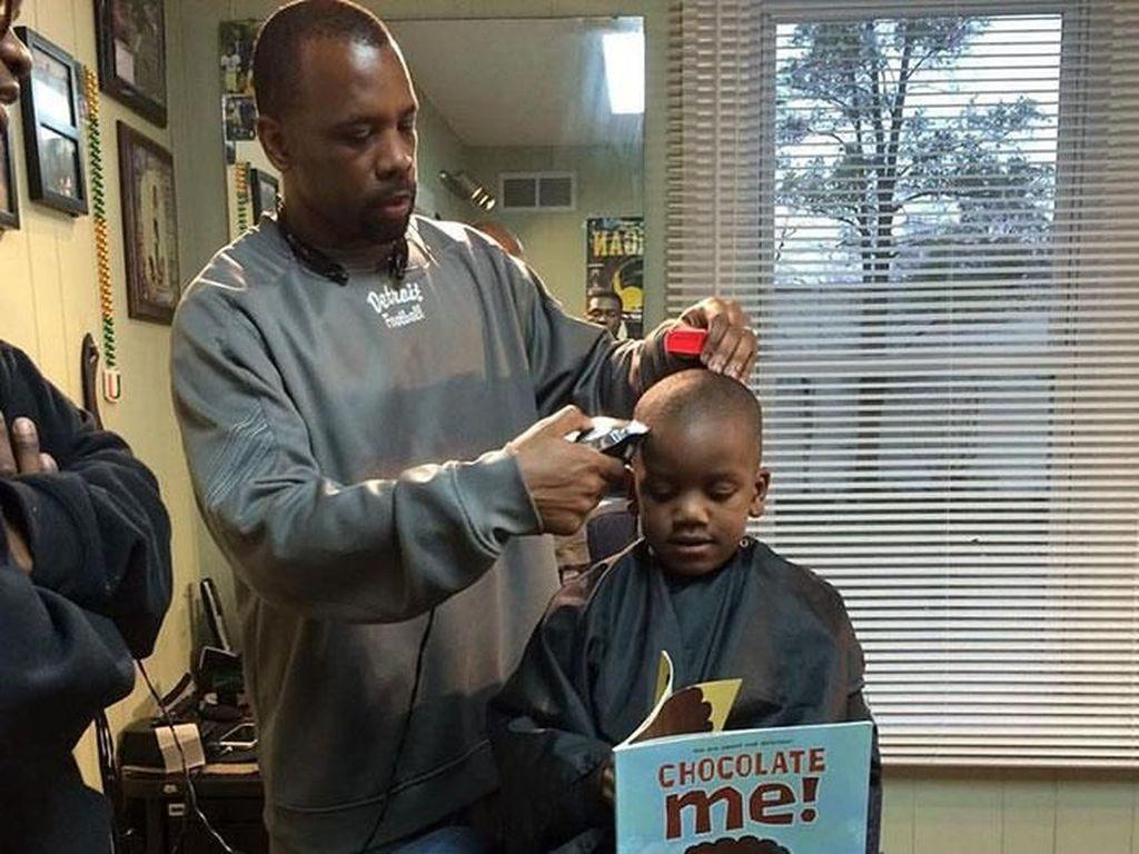 Pangkas Rambut di Barbershop Ini Gratis, Syaratnya..