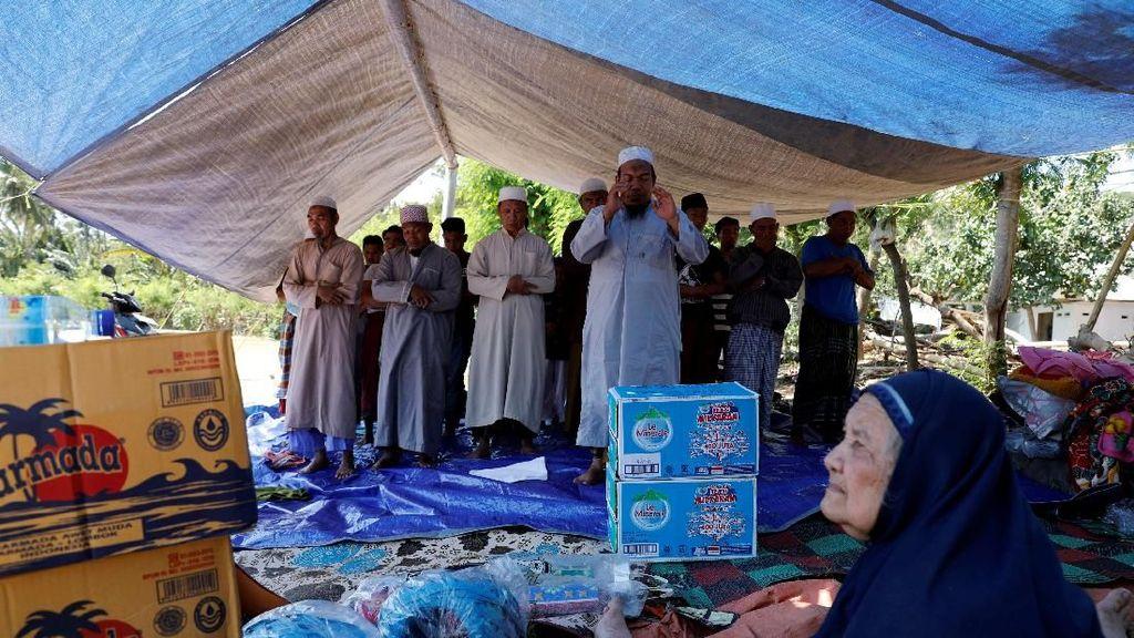 Potret Warga Lombok Salat di Tenda Pengungsian Pasca Gempa