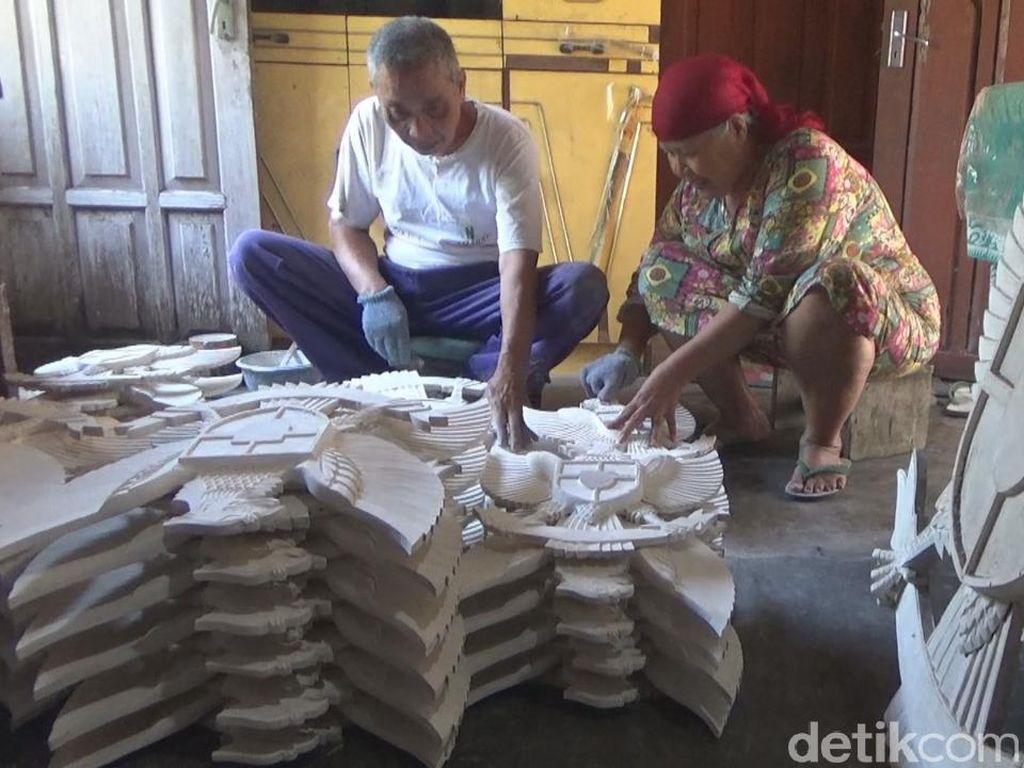 Berkah HUT RI bagi Pengrajin Garuda Pancasila di Jombang