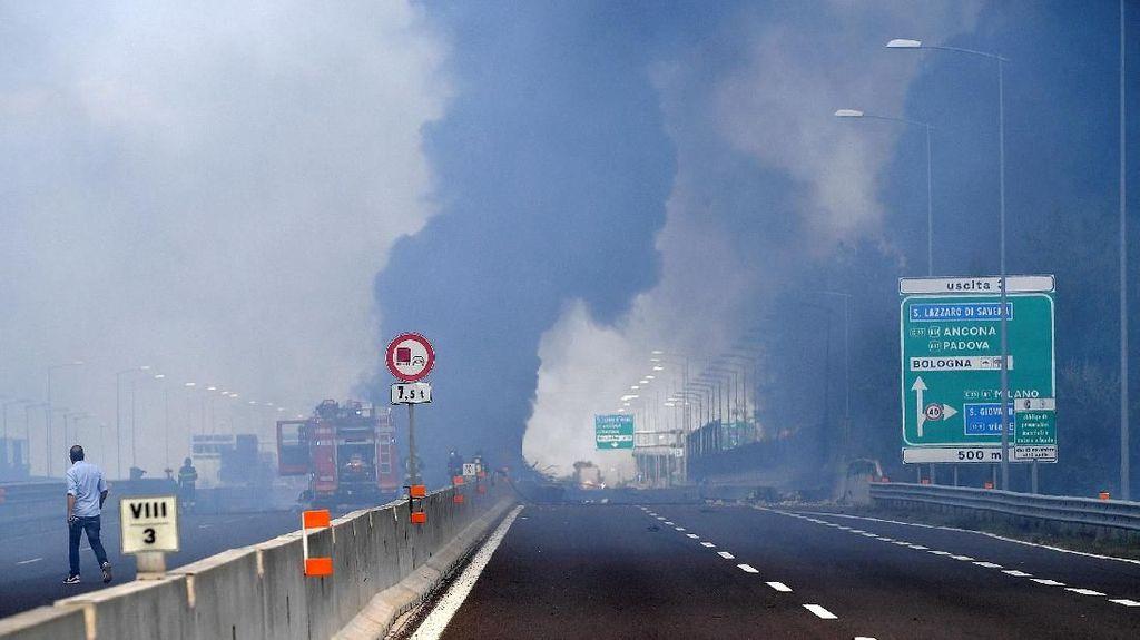 Penampakan Bola Api Raksasa Akibat Ledakan Truk Tanker di Italia