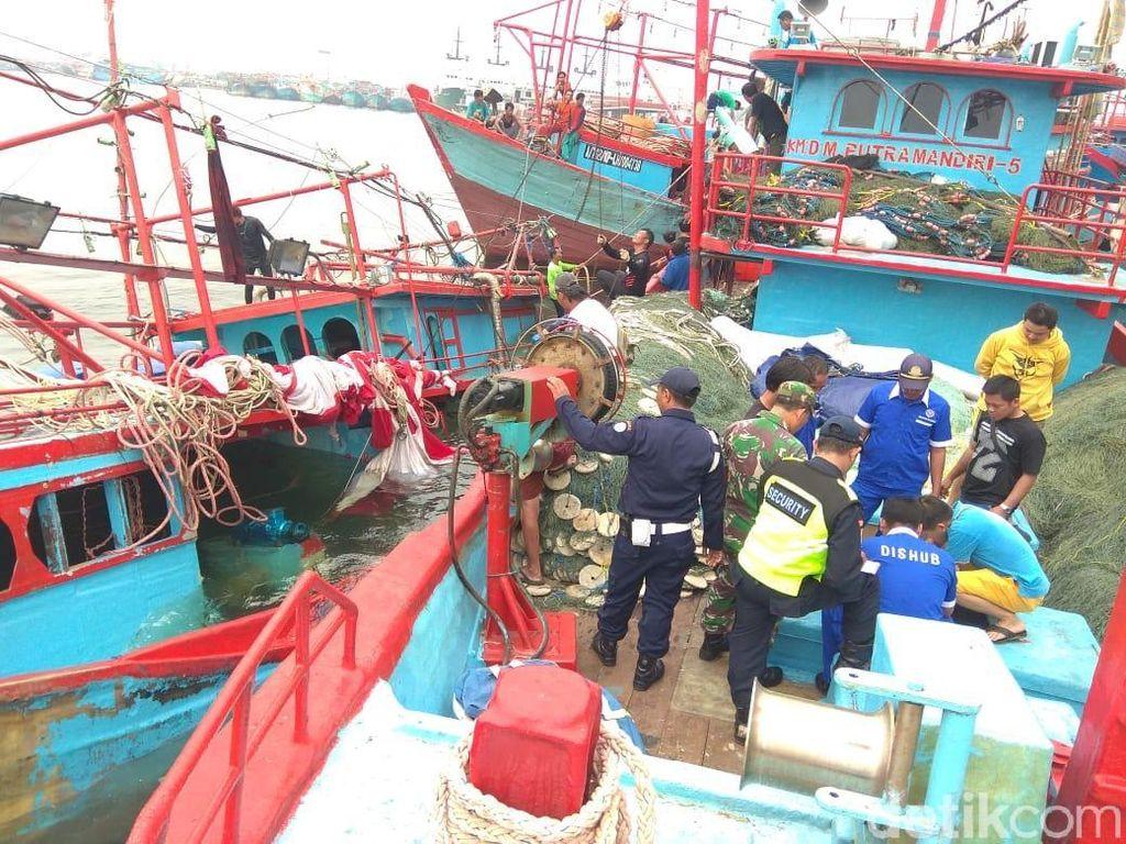 Kapal Nelayan Makmur Timur Karam di Teluk Jakarta
