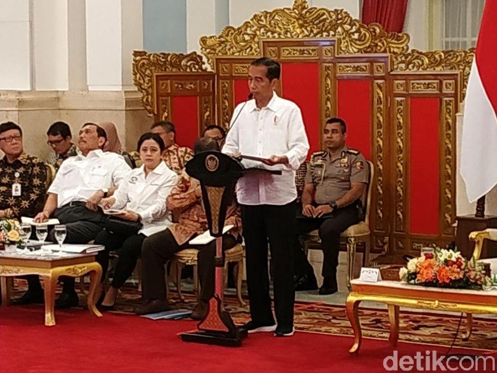 Gaya Jokowi Pimpin Rapat Kabinet Pakai Sneakers