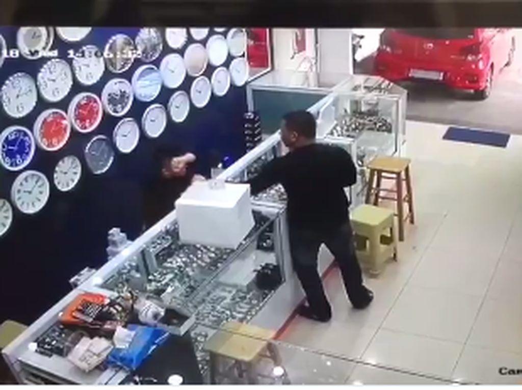 Viral Pemukulan di Toko Arloji Pontianak, Pelaku Ditangkap