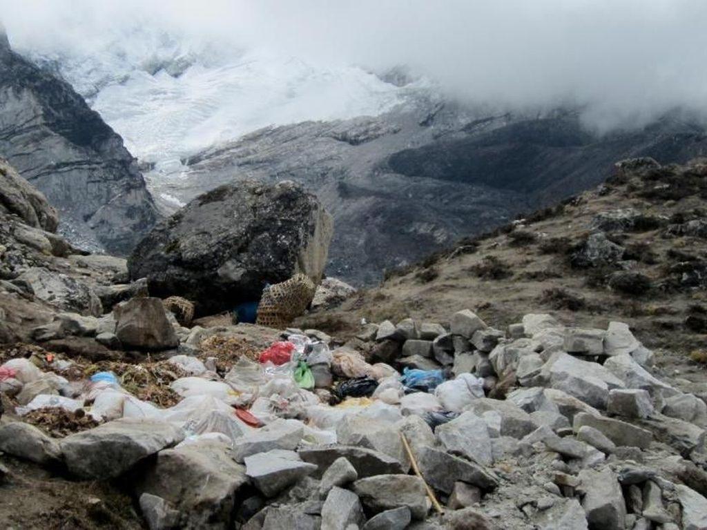 Potret Gunung Everest dan Masalah Tinja Pendaki