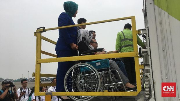 Ambulift menjadi salah satu alat yang rencananya akan digunakan untuk membantu atlet dengan kursi roda ke luar dari pesawat.