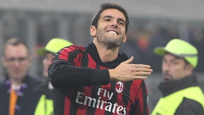 MILAN, ITALY - NOVEMBER 23:  Ricardo Kaka salute the crowd during the UEFA Europa League group D match between AC Milan and Austria Wien at Stadio Giuseppe Meazza on November 23, 2017 in Milan, Italy.  (Photo by Marco Luzzani/Getty Images)