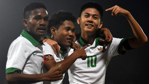 Pesepak bola Indonesia U-16 Amirudin Bagus Kahfi Alfikri (tengah) bersama rekannya Rendy Juliansyah (kanan) dan Muhammad Talaohu (kiri) melakukan selebrasi usai mencetak gol ke gawang Kamboja U-16 dalam laga penyisihan grup A piala AFF U-16 di Stadion Gelora Delta Sidoarjo, Jawa Timur, Senin (6/8). ANTARA FOTO/M Risyal Hidayat/foc/18.