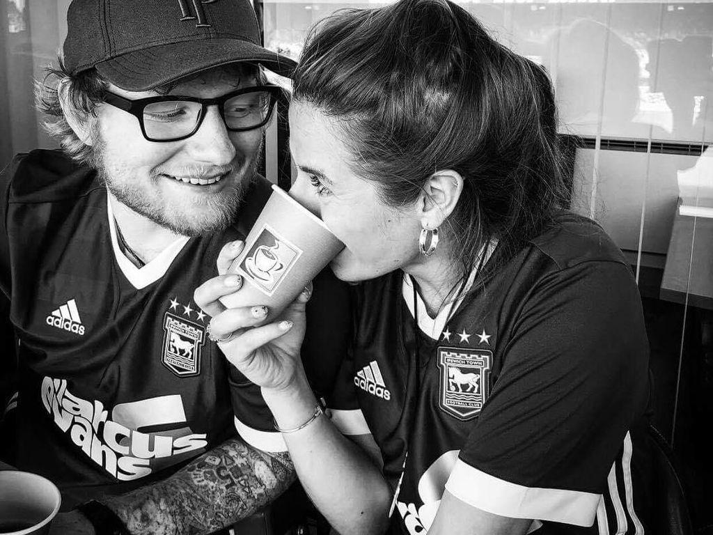 Tak Menampik, Ed Sheeran Beri Isyarat Sudah Menikah