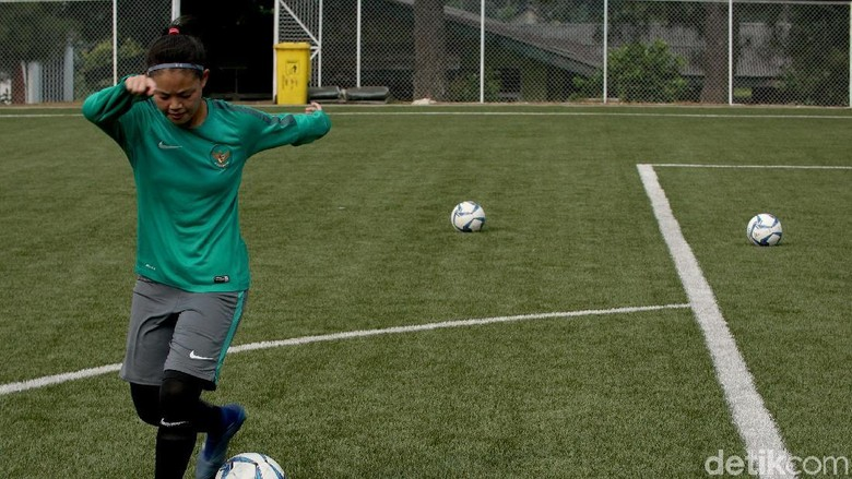 Dhanielle Daphne: Sepakbola Itu... Cinta Pertama