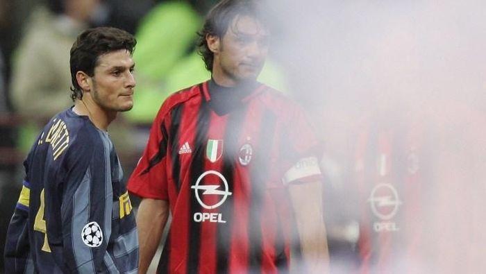 Javier Zanetti dan Paolo Maldini, semasa masih bermain dulu, berhadapan dalam derby Milan (Foto: PACO SERINELLI/AFP)