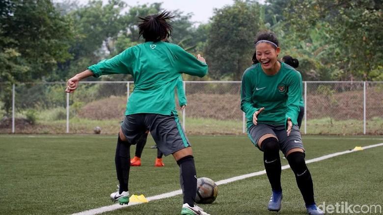 Dilarang Berlatih Sepakbola, Dhanielle Daphne Jadi Gemar Intip GBK