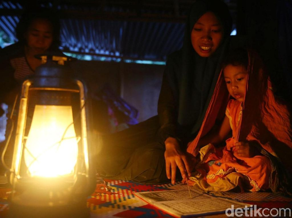 Listrik Padam, Warga Lombok Gunakan Lampu Teplok untuk Penerangan